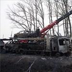Majdnem teljesen kiégett egy gépkocsikat szállító kamion a 86-os főúton - fotóval