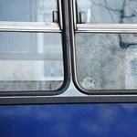 Üvegszilánk fúródott egy BKV-busz utasának szemébe