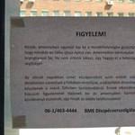 Furcsa figyelmeztetés fogadja a BME mosdójában az egyetemistákat