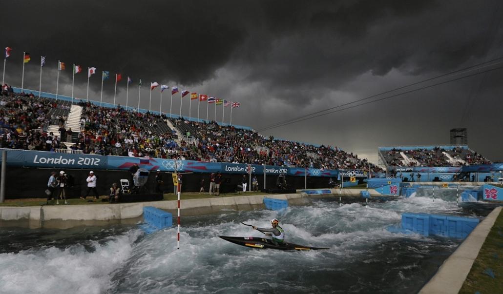 Viharos égbolt alatt versenyeznek Londonban az evezősök