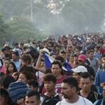 Könnygáz a határon: Trump a migránsokat vádolja