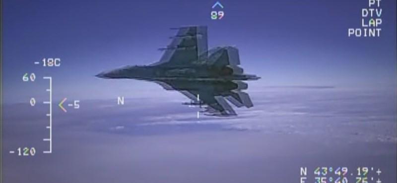 Ritka videó: 150 centire repült egy orosz vadászgép egy amerikai kémrepülőtől