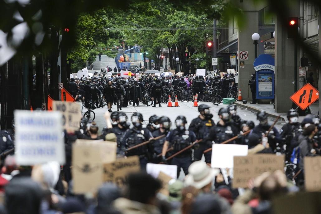 Nagyítás - afp.20.05.30. George Floyd tüntetés, rendőr, tömeg