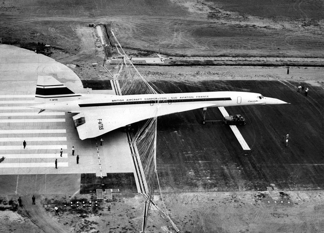 afp.1976.09.18. - Toulouse, Franciaország: A Concorde 001-es tesztrepülése után a toulouse-i reptéren 1968. szeptember 18-án. - Concorde, repülőgép, nagyítás