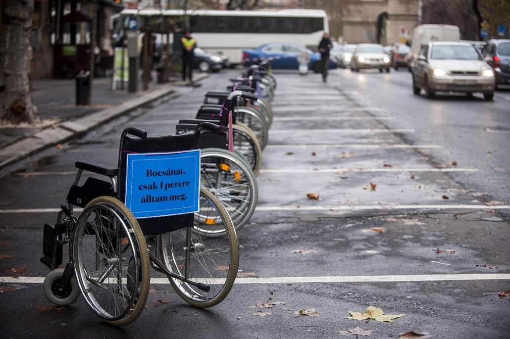 mti.14.12.03. - Figyelemfelhívó feliratok mozgássérültek járművein a ''Kerekesszékkel a tilosban parkolók ellen'' elnevezésű akción Budapesten, az V. kerületi Nádor utcában - 7képei, kerekesszék, mozgássérült, rokkant