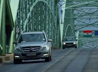 Hétéves kislánya előtt akart leugrani a hídról egy részeg nő Esztergomban
