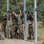 """Épül a kerítés: Civilek teherautóit használná a minisztérium, """"amennyiben szükséges"""""""