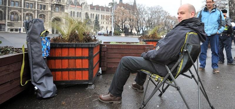 Ülősztrájkot kezdett a HÖOK-elnök a Parlamentnél - fotók