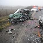 Rommá tört két frontálisan karambolozó autó Mendénél – fotók