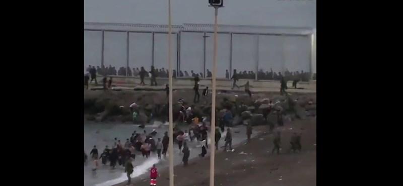 Videó: Ezrével toloncolják vissza a spanyolok a marokkói határsértőket