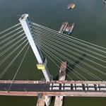 Különleges látvány: több mint ezer tonnával tesztelték, hogy sikerült az új Duna-híd