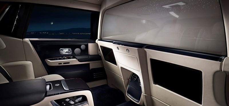 Így oldja meg a Rolls-Royce, hogy a sofőr semmiről ne tudjon, ami hátul történik