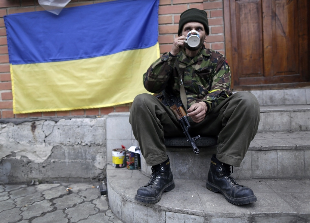 "afp. hét képei - 2014.11.13. Ukrajna, Donetsk : A Ukrainian ""Right Sector"" volunteer takes a rest at his position near the village of Peski, next to Donetsk's airport on November 13, 2014. The International pressure on Russia was mounting on November 13 o"