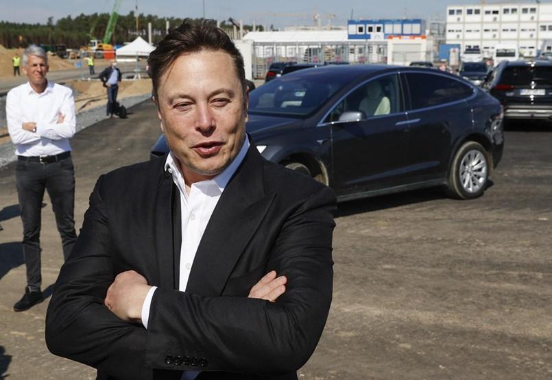 Elon Musk Teslája szárnyal, az a kérdés, lufi-e vagy űrhajó