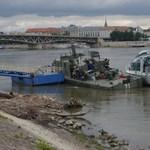 Galéria: elkezdett süllyedni a Petőfi hídnál lévő katonai hajó