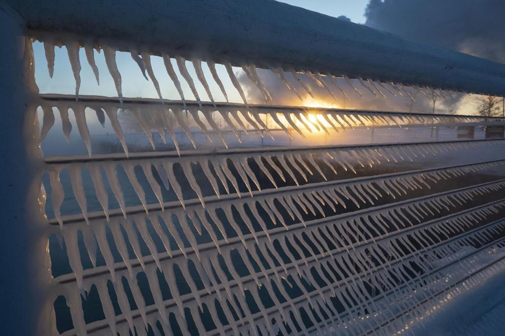 !! AP !! 19.02.28ig! mti.19.01.30.Jégcsapok lógnak egy korlátról a Wisconsin állambeli Port Washington óceánpartján 2019. január 30-án. Az Egyesült Államok északi és középnyugati államaiba sarkvidéki hideghullám tört be, a levegő hőmérséklete helyenként m