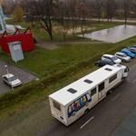 Képek: különleges buszból kölcsönözhetnek könyveket a kistelepülések lakói