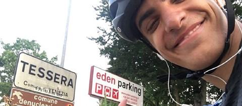 Egy görög diák hazabiciklizett Skóciából, miután leállt a repülés