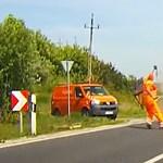 A közútkezelő közzétett egy karambolvideót, hogy megmutassa, milyen veszélyben dolgoznak