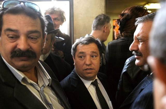 Kolompár Orbán, az Országos Cigány Önkormányzat korábbi vezetője várakozik a tárgyalóterem előtt