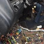 Fotók: Dühében darabokra tépte a kocsi belsejét az ügyetlen autótolvaj