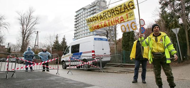 O1G-feliratú táblákkal tüntetnek Orbán ellen a balatoni frakcióülésen – fotók a helyszínről