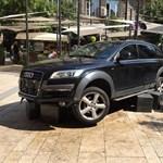 Fotók: Így landolt egy luxus Audi az Egyetem tér díszburkolatán