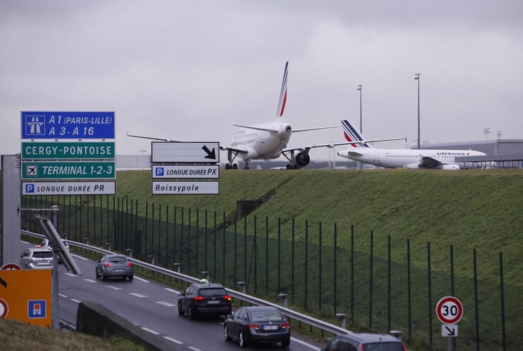 AP!!! január 20-ig!! lövöldözés Párizsban, Párizsi vérengzés, Charlie Hebdo, túszejtés, túszdráma, Dammartin-en-Goele, 2014.01.09. Repülőgépek a párizsi Roissy-Charles de Gaulle-repülőtér kifutópályáján 2015. január 9-én. Ezen a napon a repülőtér egy rész