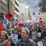 Hatalmas tömeget vittek az utcára a járványtagadók Stuttgartban, persze maszk nélkül