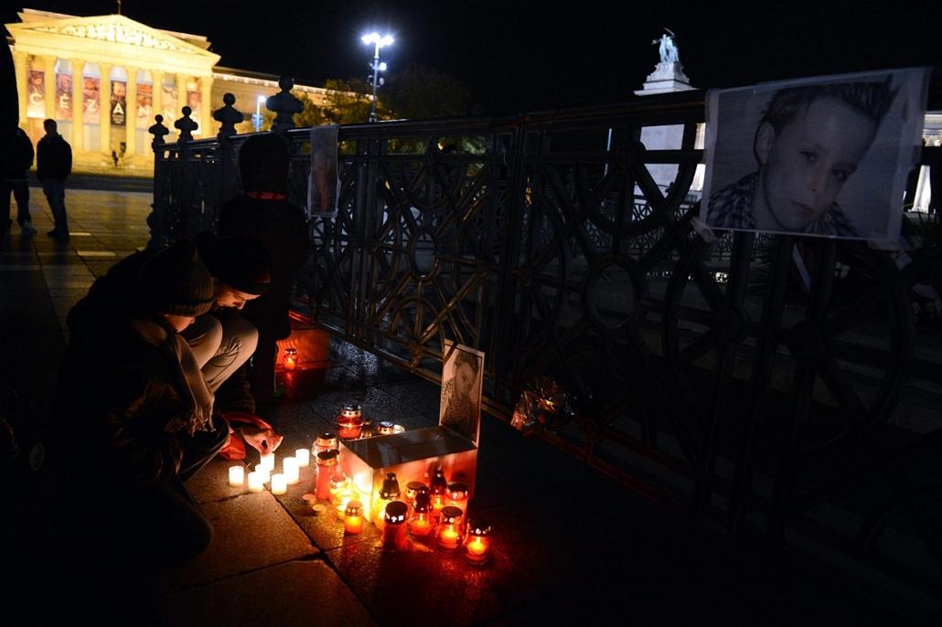mti. Budapest: megemlékezők mécsesei a kegyetlenséggel meggyilkolt 11 éves Szita Bence portréja előtt. - a hét képei nagyítás