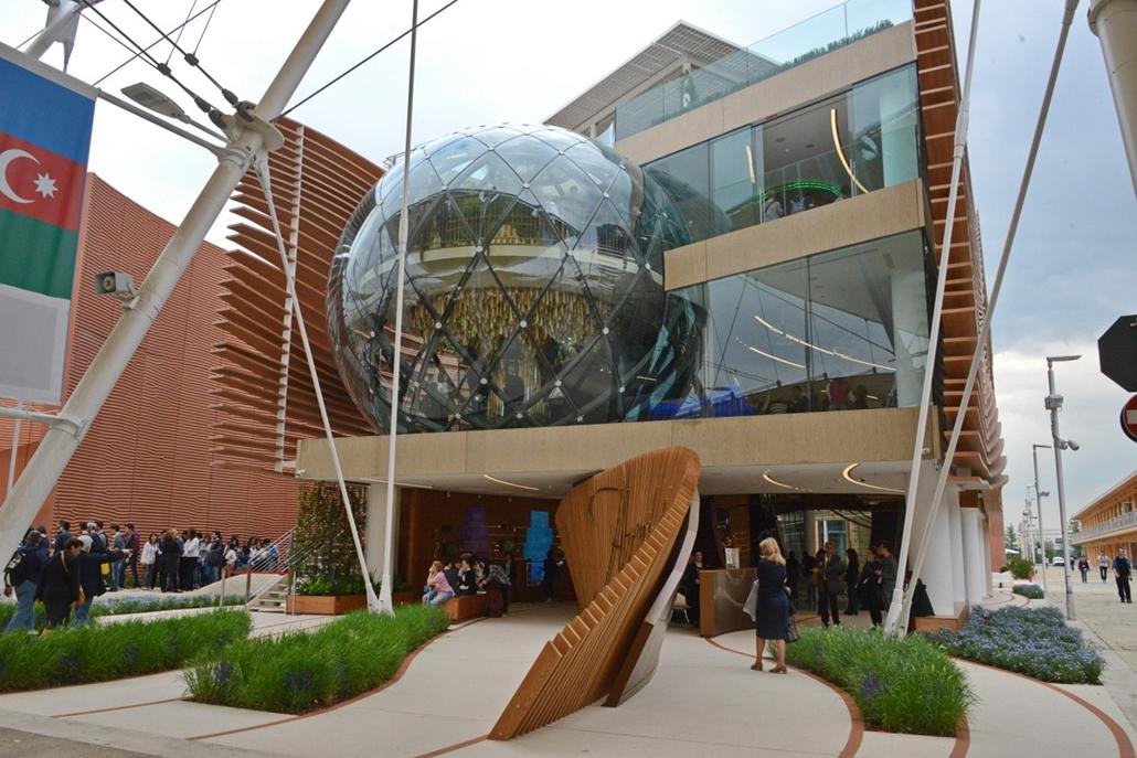 kka.15.05.0y. - Milánó, Olaszország: Világkiállítás - Azerbajdzsán többemeletes, mozgólépcsőkkel és  üveggömbökkel ellátott pavilonja a hagyományos építőanyagok (kő és fa) és az új fejlesztésű matériák (speciális fémek és üvegek) találkozását reprezentálj