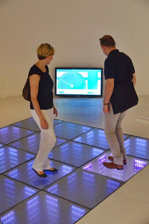 kka. Velencei Biennále 2014.06. nagyításnak - A Rem Koolhaas főkurátor által vezetett kutatócsoport a központi kiállításon az épületek alapelemeit mutatta be - a rálépéskor energiát termelő padló díszburkolatként is funkcionál.