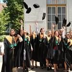 Mennyit keresnek a friss diplomások?