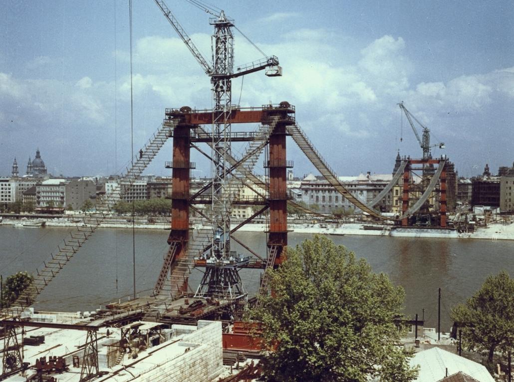 fortepan_! 1963. - Az Erzsébet híd építése a budai hídfőtől a pesti hídfő felé nézve. - Erzsébet híd,nagyítás
