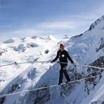 Kötéltáncos libegett az Alpok csúcsai között – fotók