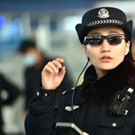 Kínában olyan szemüveget kapnak a rendőrök, amellyel ránézésre felismerik a bűnözőket