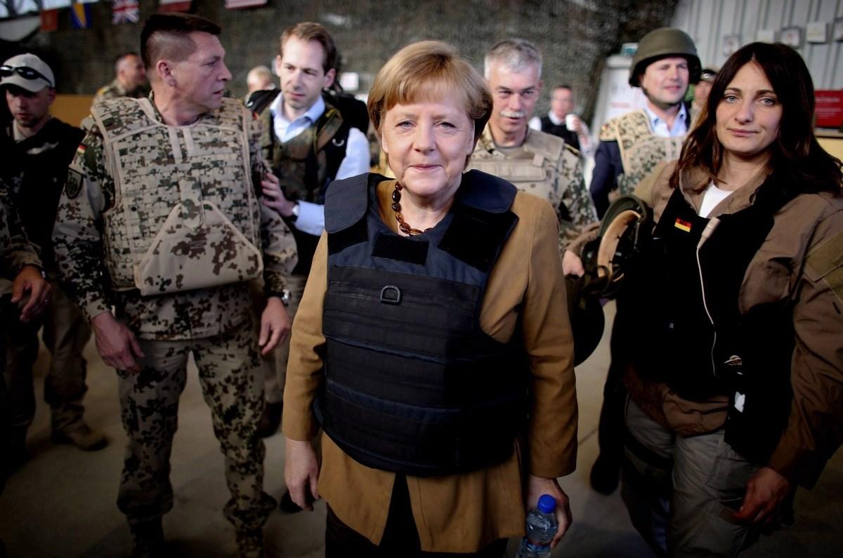 Fotó: Pöpecül áll Merkelen a golyóálló mellény