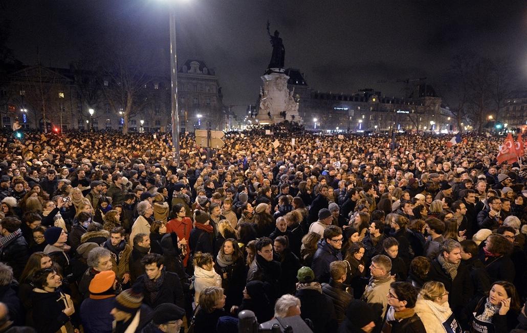 afp.15.01.07. - Párizs, Franciaország: részvétnyivánítás, megemlékezés - lövöldözés a Charlie Hebdo szerkesztőségében - lövöldözés Párizsban