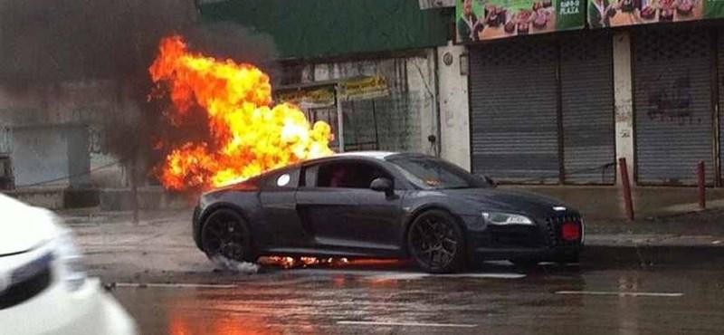 Kigyulladt egy R8-as Audi Bangkokban - fotó