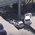Videón, amint tucatnyi autóval beomlik egy parkolóház teteje