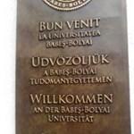 Román és magyar nyelven is üdvözlik a BBTE látogatóit
