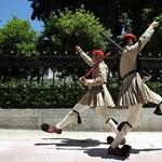 Euró nélkül feleannyit keresnének a görögök