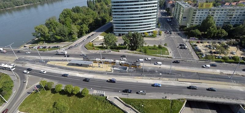 Megállt kocsijával az Árpád hídon, majd a Dunába ugrott egy férfi