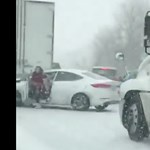 Kiugrott az autójából a nő, mert nagyon jött a kamion – videó