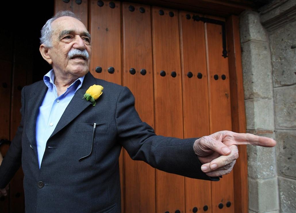 epa. Gabriel García Márquez Nobel-díjas kolumbiai író üdvözli a mexikóvárosi háza előtt összegyűlt tisztelőit a 87. születésnapján. García Márquez 2014. április 17-én az otthonában elhunyt.