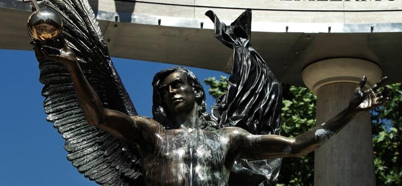 Rejtő-könyvvel és Verdivel tiltakoztak a Szabadság téri emlékmű ellen