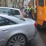 A nap fotója: szabálytalanul parkoló Audi A8 miatt állt az 51-es villamos