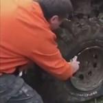 Zseniális trükk: így kell feltenni 10 másodperc alatt a felnire a gumit, ha nincs hozzá kompresszor – videó