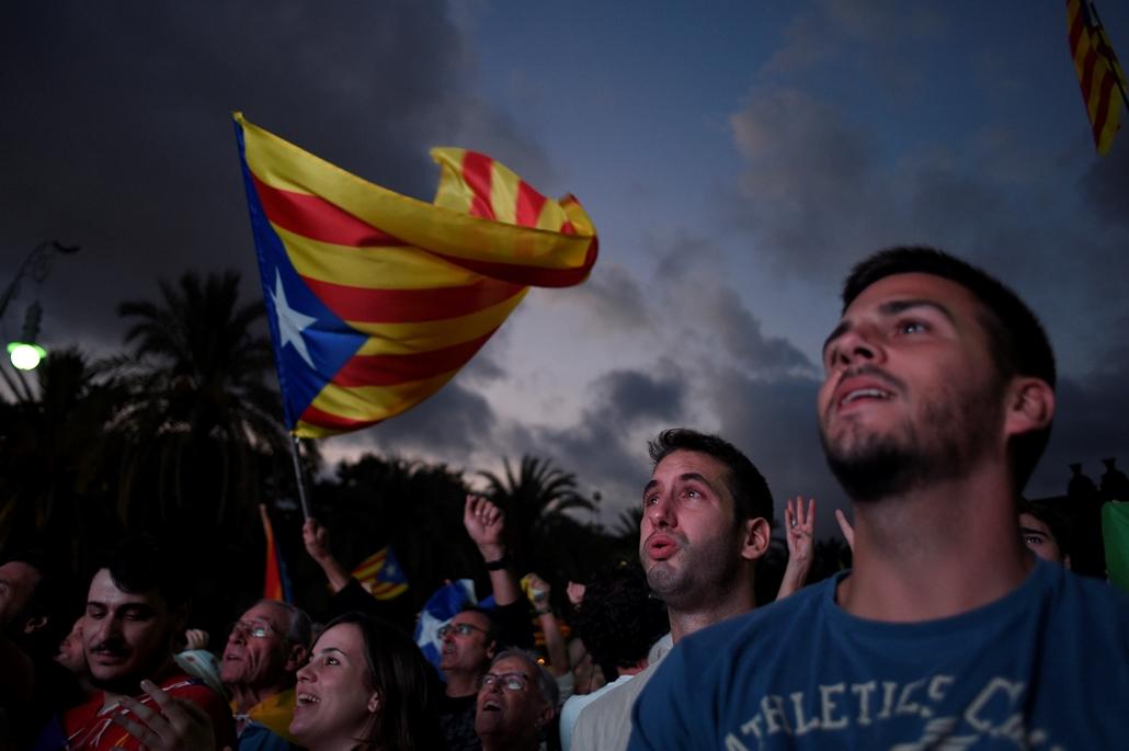 best of 2017 - Függetlenségpárti tüntetők a parlament épületénél Barcelonában, miután Carles Puigdemont katalán elnök aláírta a Katalónia felfüggesztett függetlenségi nyilatkozatáról szóló dokumentumot. A katalán kormány október 1-jén annak ellenére rende