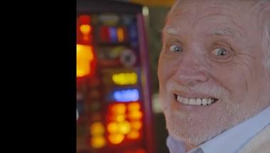 A szomorú mosolya miatt mémmé vált budapesti nyugdíjas lett a nyíregyházi állatkert reklámarca – videó